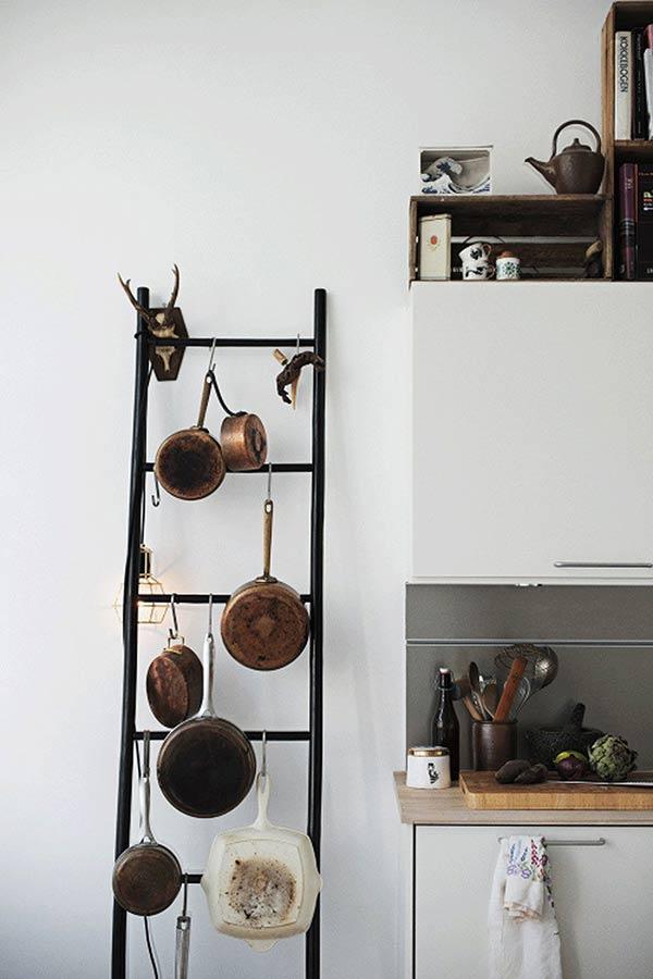 treo thiết bị nhà bếp lên thang