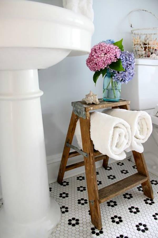trang trí nhà vệ sinh bằng thang