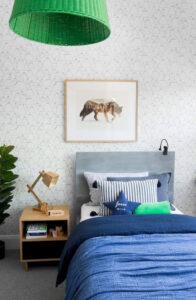 đầu giường đặt sát tường