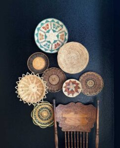 trang trí tường bằng đĩa ăn (14)