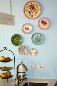 trang trí tường bằng đĩa ăn (22)